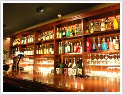 バーのカウンターを照らすスポットダウン、グラスのお酒がよりおいしそうに見えます。