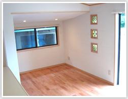 壁一面のエコカラットの白と床の桜色がマッチしています。